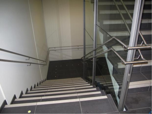 Fig. 13 Trapp med markering av trinn og handløparar som følgjer trappeløpet, også rundt repos. Foto: Solveig Dale